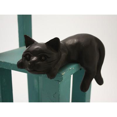 寝そべり黒猫